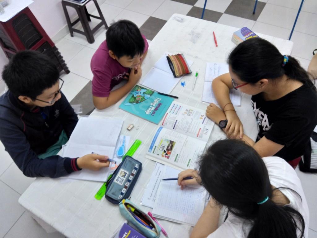 Elèves qui travaillent avec le manuel netado.vn